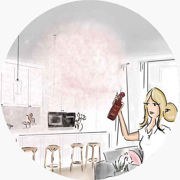 Nebulizza la fragranza una o più volte nell'area da profumare, puntando lo spray verso l'alto