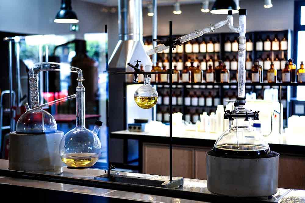 Laboratorio dove si realizzano profumi molecolari e sintetici